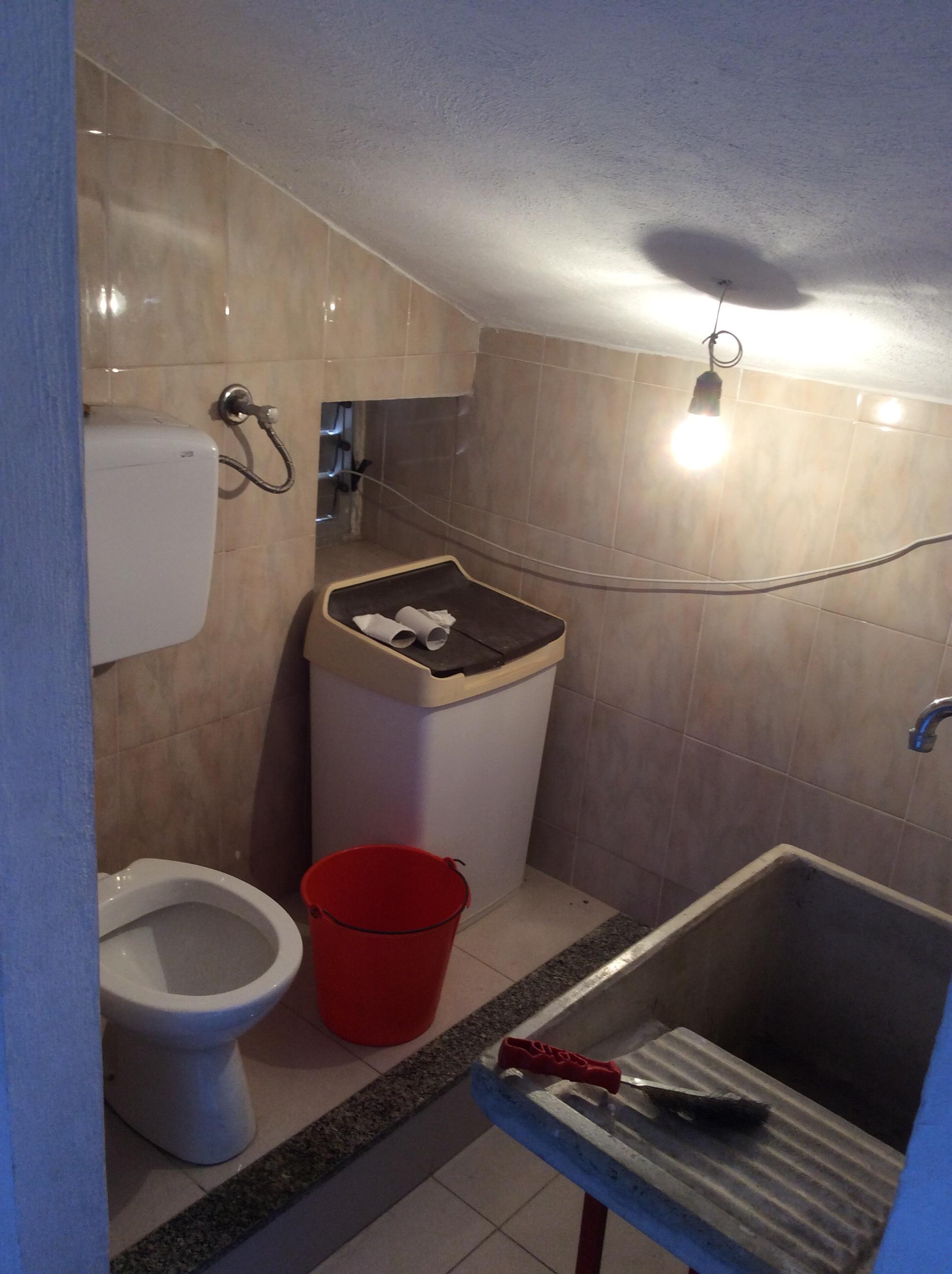 Bagno sottotetto immobiliare meraglia for Articoli bagno