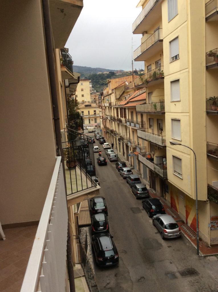 Vista balcone strada principale